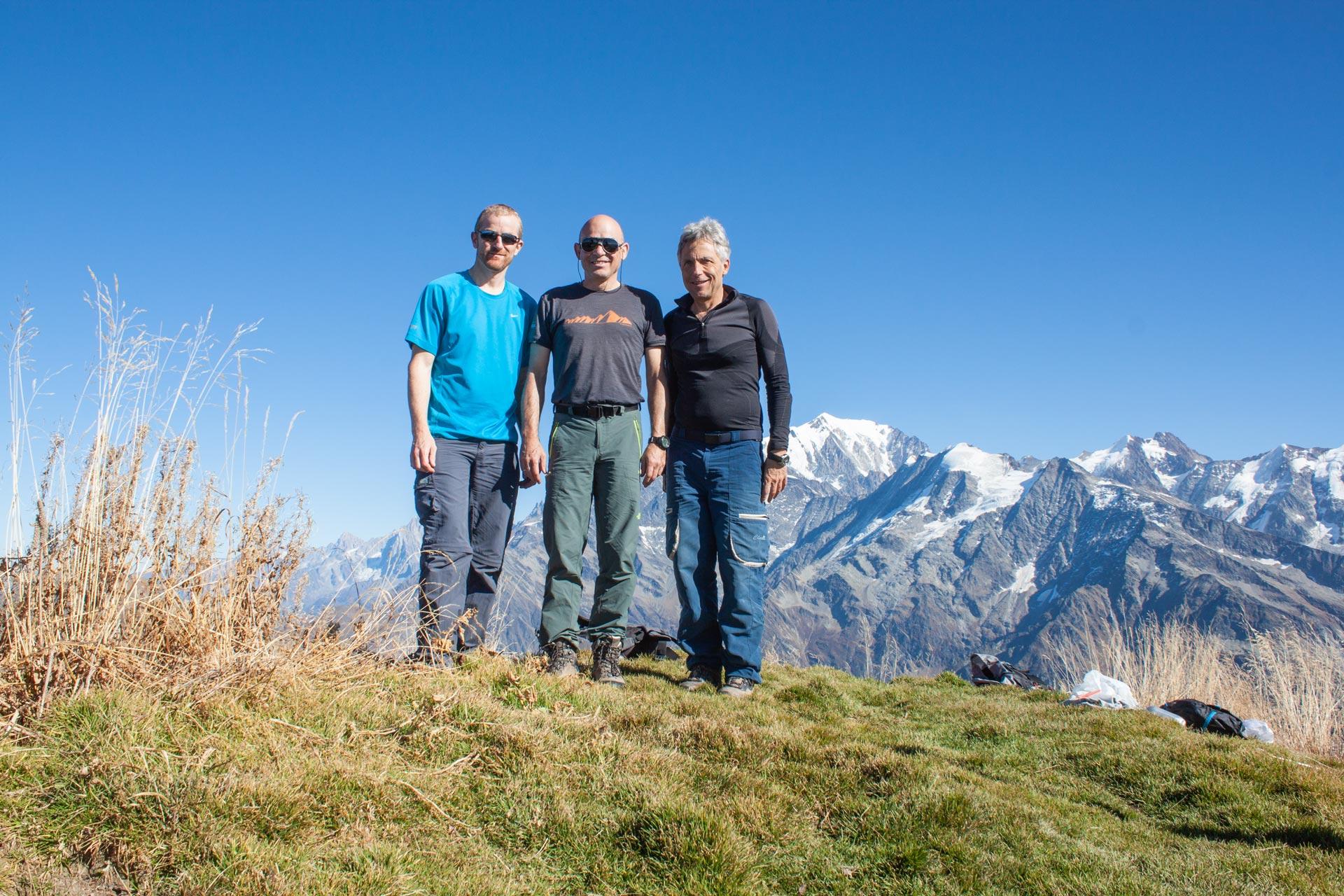 Trois compères dos au Mont-Blance