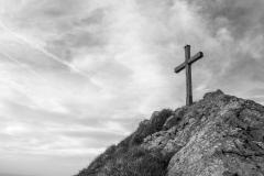 La croix du sommet à la lumière du soir