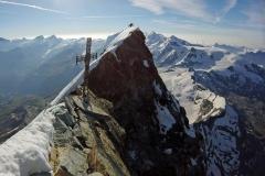 La croix du sommet, sur le versant italien