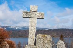 Une croix en pierre dans un cimetière de la vallée de Joux