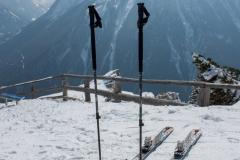 Skis et croix avant la descente