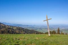 Vieille croix au milieu de l'alpage