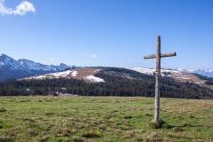 La croix du sommet des Alpettes avec vue sur la croix sur la croix suivante au sommet du Niremont