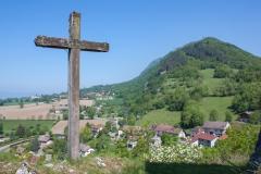 Une belle croix qui domine le village de c