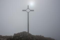 Une croix, et un soleil timide mais présent à travers le brouillard