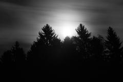 Pleine lune jouant à cache-cache